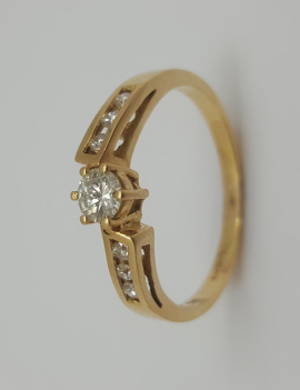 18CT YELLOW GOLD DIAMOND RING WITH VALUATION [$1800]